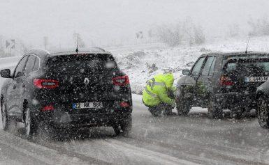 Μάχη με τα χιόνια σε όλη την Ελλάδα: Πού απαγορεύεται η κυκλοφορία και πού χρειάζονται αλυσίδες
