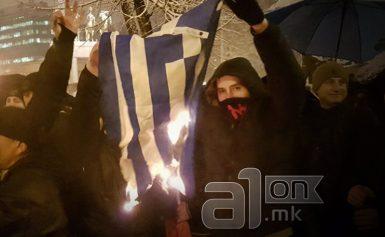 ΠΓΔΜ: Εθνικιστές έκαψαν ελληνικές σημαίες σε διαδήλωση για την ονομασία