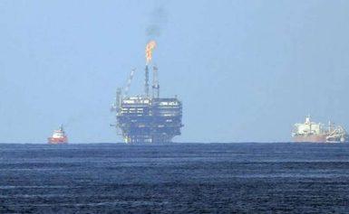 Τουρκικά πλοία παρεμποδίζουν το γεωτρύπανο της ΕΝΙ στην κυπριακή ΑΟΖ