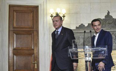 Χαμένη στη μετάφραση η κυβέρνηση για τους δύο στρατιωτικούς ενώ ο Ερντογάν προκαλεί