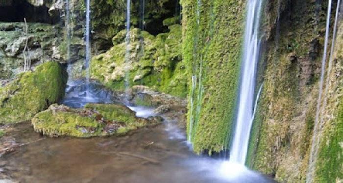 Σμαραγδένια νερά στους καταρράκτες του Σκρα στο Κιλκίς
