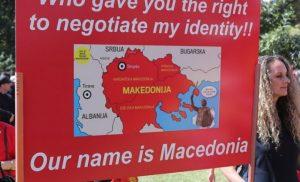 «Ξέφυγαν» οι Σκοπιανοί στην Αυστραλία: Θέλουν «Μακεδονία» μέχρι την Λάρισα! – Καίνε ελληνικές σημαίες (φωτό, βίντεο)