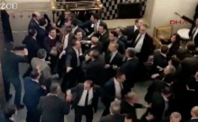 ΆΝΑΨΑΝ ΤΑ ΑΙΜΑΤΑ! Μπουνιές, κλωτσιές και κυνηγητό στην Τουρκική Βουλή (ΒΙΝΤΕΟ)