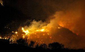 Ανεξέλεγκτη η φωτιά στην Ηλεία – Καίγονται σπίτια