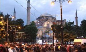 Βίντεο: Εκατοντάδες Τούρκοι προσευχήθηκαν έξω από την Αγιά Σοφιά