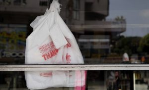 Άνοιξε η εφαρμογή για όσους πρέπει να πληρώσουν το τέλος πλαστικής σακούλας