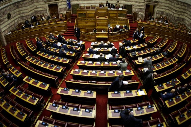 Πέρασε με πλειοψηφία το νομοσχέδιο για την υιοθεσία
