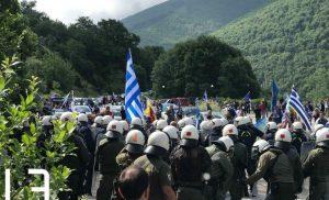 Πρέσπες: Επεισόδια στο συλλαλητήριο – Πέτρες και χημικά στον φραγμό των ΜΑΤ – Οργή για τη συμφωνία [pics, vids]