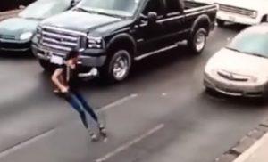 Βίντεο-σοκ: Γυναίκα στο Μεξικό τρέχει μέσα στο δρόμο μιλώντας στο κινητό, γλιστράει και την πατάει αυτοκίνητο