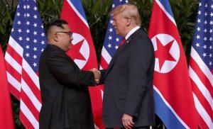 Σε εξέλιξη η ιστορική συνάντηση του Ντόναλντ Τραμπ με τον Κιμ Γιονγκ Ουν