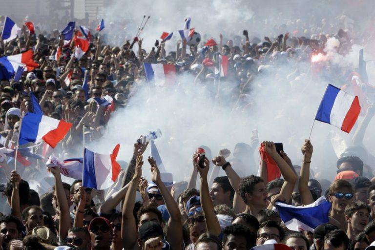 Live: Χιλιάδες Γάλλοι στους δρόμους του Παρισιού, μετά την κατάκτηση του Μουντιάλ (ΒΙΝΤΕΟ & ΦΩΤΟ)