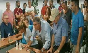 Χαμός στο Δημοτικό Συμβούλιο Μαραθώνα: Ο Ψινάκης απουσίαζε και οι αγανακτισμένοι πολίτες ζητούσαν εξηγήσεις για την τραγωδία