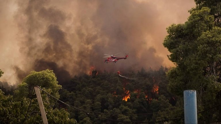 Μεγάλη πυρκαγιά στην Κέρκυρα κοντά στο χωρίο Ραχτάδες