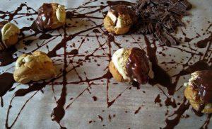 Προφιτερόλ με παγωτό και σάλτσα σοκολάτας Συνταγή της ημέρας