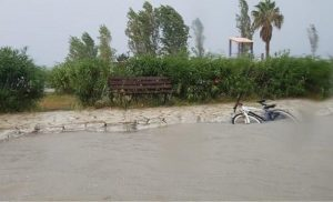 Φωτογραφίες: Πλημμύρισαν δρόμοι από τη μπόρα στην Κέρκυρα