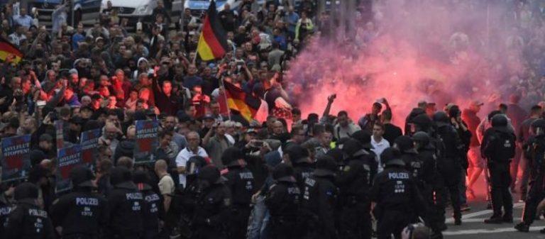 Γερμανία: Ακροαριστεροί και μετανάστες συγκρούονται με δεξιούς για 3η ημέρα στο Κέμνιτς