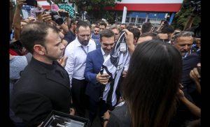 ΔΕΘ 2018: Φανέλες του ΠΑΟΚ δώρισαν σε Τσίπρα και Πάιατ