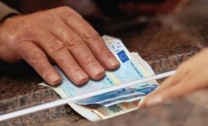 Νέο σενάριο για «ψαλίδι» μόνο στις συντάξεις άνω των 1.000 ευρώ – Τι άλλο εξετάζεται