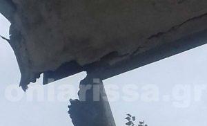 Λάρισα: Ξεκόλλησε κομμάτι της μαρκίζας του δικαστικού μεγάρου και έπεσε στην πλατεία
