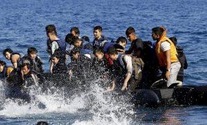 Βίντεο ντοκουμέντο: Τούρκος διακινητής ανενόχλητος αποβιβάζει λαθραίους μετανάστες στη Σάμο.