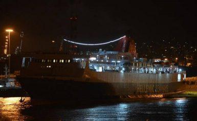 Μυτιλήνη: Δεμένο στο λιμάνι λόγω των ισχυρών ανέμων το πλοίο που θα μετέφερε πρόσφυγες
