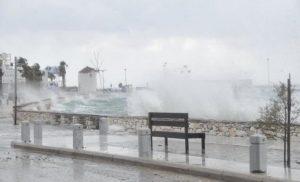 Τροπικές εικόνες στην Πάρο από τους σφοδρούς ανέμους (φωτο-βίντεο)