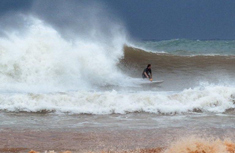 Μεσσηνία: Τα απίστευτα του μεσογειακού κυκλώνα – Κάνουν σερφ και προσπαθούν να δαμάσουν τα κύματα – video
