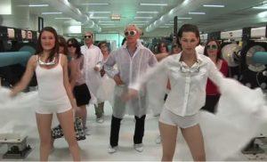 Βίντεο – σοκ με τον φετινό νομπελίστα φυσικής! Εκείνος χορεύει και φοιτήτριες κάνουν στριπτίζ!