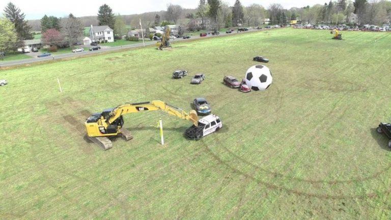 Παίζουν ποδόσφαιρο με αυτοκίνητα και για τερματοφύλακες έχουν…. εκσκαφείς!