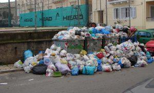 Τα σκουπίδια πνίγουν την Κέρκυρα – Δεν πάνε στα σχολεία τα παιδιά