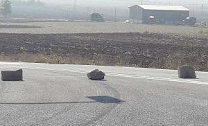 Χαμός στην εθνική οδό Λάρισας–Τρικάλων: Μετανάστες απέκλεισαν το δρόμο και πέταξαν πέτρες σε διερχόμενο όχημα [εικόνες]