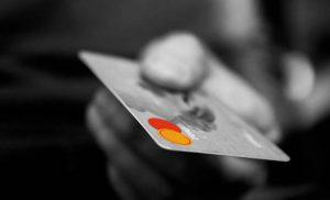 Χρεωστικές κάρτες: «Καμπανάκι» για ανέπαφες συναλλαγές αξίας έως 25 ευρώ