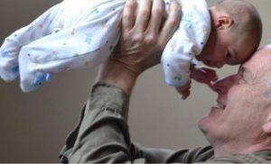 Έρευνα: Μεγαλύτεροι οι κίνδυνοι για το μωρό, αν ο πατέρας είναι μεγάλος σε ηλικία