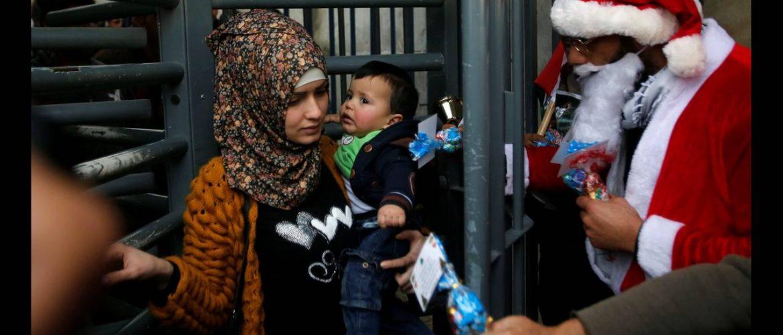 Παλαιστίνιοι διαδηλωτές ντυμένοι ως Άγιοι Βασίληδες συγκεντρώθηκαν στη Δυτική Όχθη