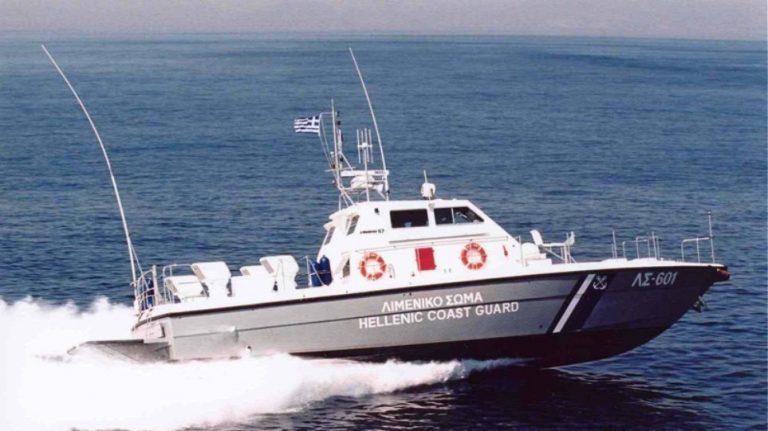 Φαρμακονήσι: Σκάφος με 32 μετανάστες προσπάθησε να διαφύγει και προσέκρουσε σε βράχια