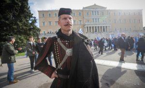 Με σημαίες και παραδοσιακές στολές οι πρώτοι διαδηλωτές στο Σύνταγμα