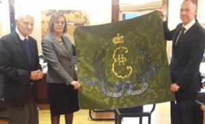 Αντίγραφο της σημαίας των Ελληνικών δυνάμεων δώρισε ο Ρώσος πρέσβης στη Ελληνίδα Υπουργό Πολιτισμού..