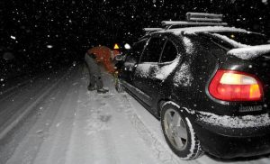 Καιρός ΤΩΡΑ: Ο χιονιάς σαρώνει Φθιώτιδα, Βοιωτία, Αττική – Μάχη για να μην κλείσει η εθνική οδός