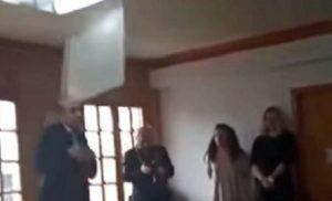 Βίντεο: Φωτιστικό έπεσε στο κεφάλι του Δημάρχου Ιωαννίνων