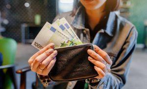 Τι αλλάζει για τους μπλοκαρισμένους λογαριασμούς όσων χρωστούν στην Εφορία