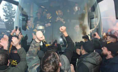AEK: Υποδοχή πρωταθλητών! «Τρέλα» για τους παίκτες της Ένωσης στο αεροδρόμιο – video