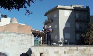 Άνδρας απειλεί να αυτοπυρποληθεί στο κέντρο του Ηρακλείου