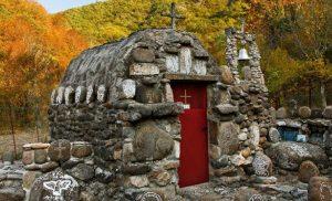 15 άγνωστοι ναοί και εκκλησίες που αξίζει να ανακαλύψετε στην Ελλάδα.