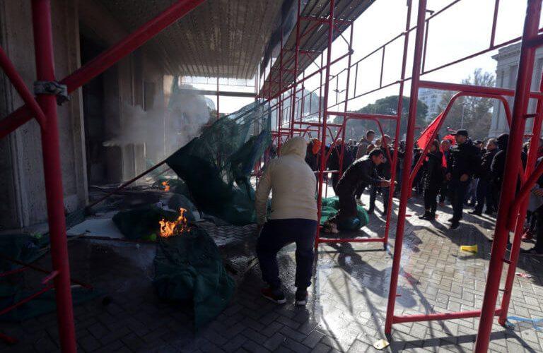 «Κόλαση» στην Αλβανία κατά του Ράμα – Η στιγμή της απόπειρας εισβολής στο πρωθυπουργικό Μέγαρο