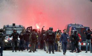 Άγρια επεισόδια με πέντε τραυματίες στη Βαρκελώνη πριν το Mπαρτσελόνα – Λιόν [βίντεο]
