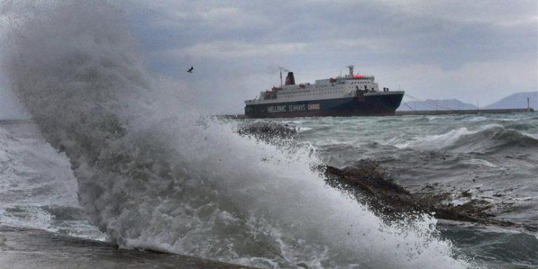 Ισχυροί άνεμοι σαρώνουν τη χώρα Δεμένα τα πλοία στα λιμάνια