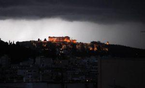 Kεραυνός στην Ακρόπολη – Τέσσερις τραυματίες