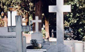 ΞΕΦΤΙΛΕΣ! ΕΚΡΥΨΑΝ με… πανιά τους ΣΤΑΥΡΟΥΣ νεκροταφείου για να ΜΗΝ ΠΡΟΣΒΑΛΟΥΝ τους μουσουλμάνους…