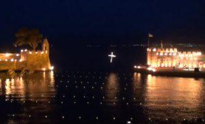 Ναύπακτος: Εντυπωσιακός ο Επιτάφιος – Στις φλόγες το πανέμορφο ενετικό λιμάνι – video