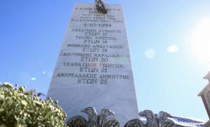 Οπαδοί της Λάρισας βεβήλωσαν το μνημείο των νεκρών του ΠΑΟΚ στα Τέμπη